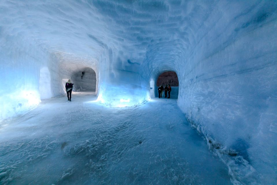 Island: Im Hintergrund rechts öffnet sich das erste Fenster in die Gletscherspalte, die sich 40 Meter durch den Gletscher zieht und mit dem Boden des Tunnels schließt