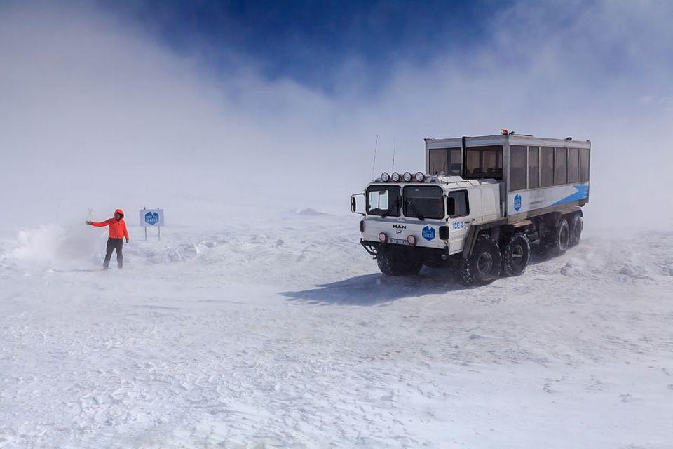 Island: Acht Reifen mit verstellbarem Reifendruck sind nötig, um den Gletscher zu befahren