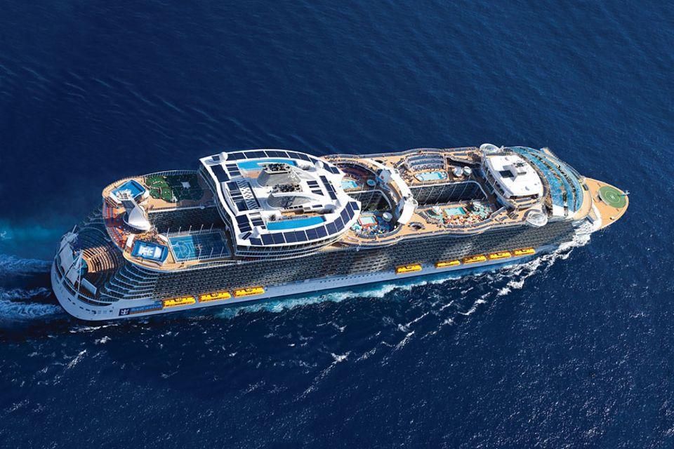 Kreuzfahrtschiffe: Künstliche Surfwellen auf dem Heck und Hochseilgarten über drei Decks - die neuen Kreuzfahrtschiffe versuchen auch Abenteurer zu überzeugen