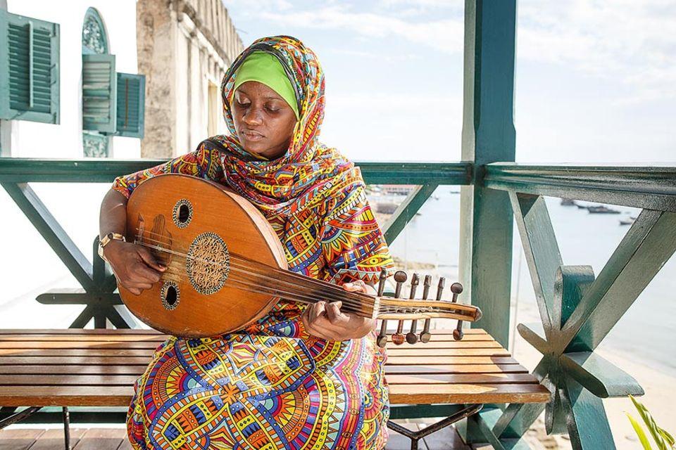 Amina Omar will professionelle Musikerin werden. Um Musik im Tausi Women's Taarab Orchester von Sansibar zu machen hat sie sich sogar von ihrem Ehemann scheiden lassen