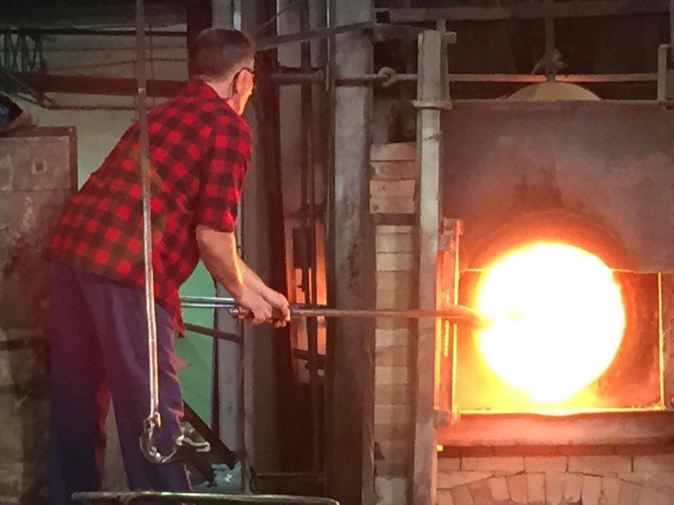 Das Glas wird zum Formen auf über 1000 Grad Celsius erhitzt