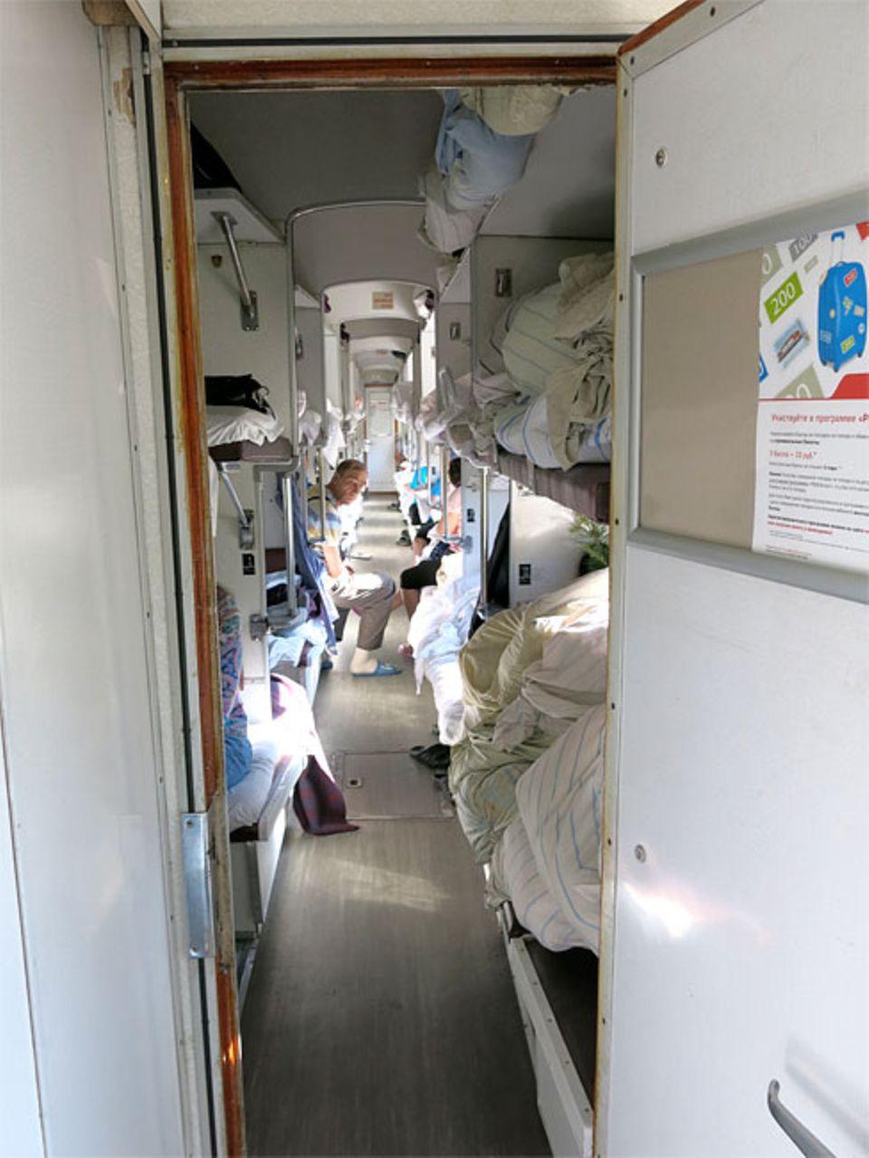 Reisetraum: Keine Vorhänge, keine Trennwände. Eng an eng verbingen die Passagiere ihre Zeit im Großraumabteil des Linienzugs