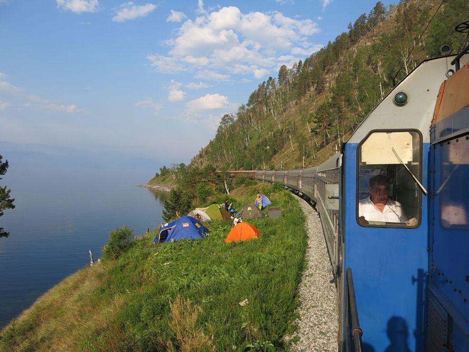 Reisetraum: Von außen gibt es kaum einen Unterschied: Der Zarengold schlängelt sich entlang des Baikalsees. Innen jedoch ist der Zug aufwendig gestaltet