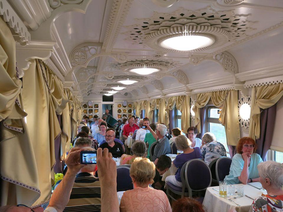 Reisetraum: Gleich drei Speisewaagen gibt es, damit alle 180 Passagiere zur gleichen Zeit essen können, samt Musikprogramm