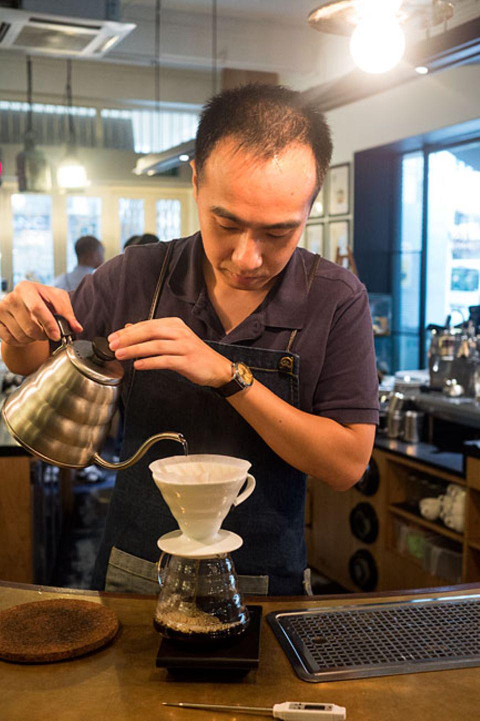 """Reisetipps: Auf einen guten Filterkaffee muss man im """"Chye Seng Huat Hardware"""" schon mal ein paar Minuten warten. Dafür hat das Wasser die perfekte Temperatur"""