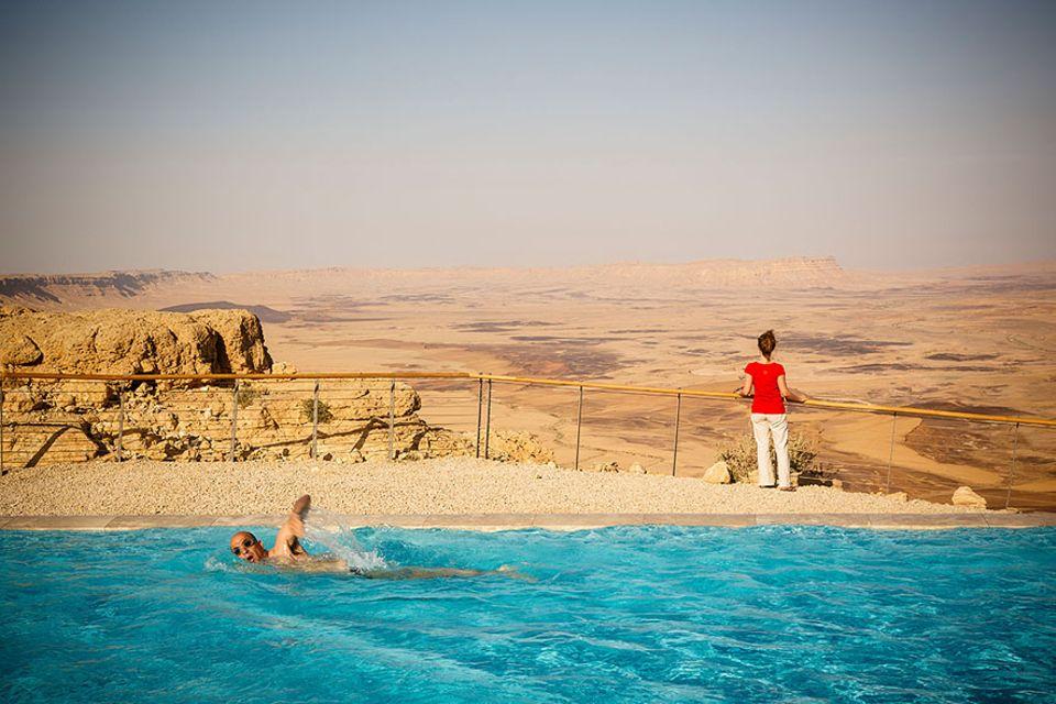 Meerwasserentsalzung: Ein Hotelpool in Mitzpe Ramon, mitten in der Negev-Wüste. Mit neuen Technologien kann Israel einen großen Teil seines Wasserbedarfs inzwischen auch in Dürrezeiten decken