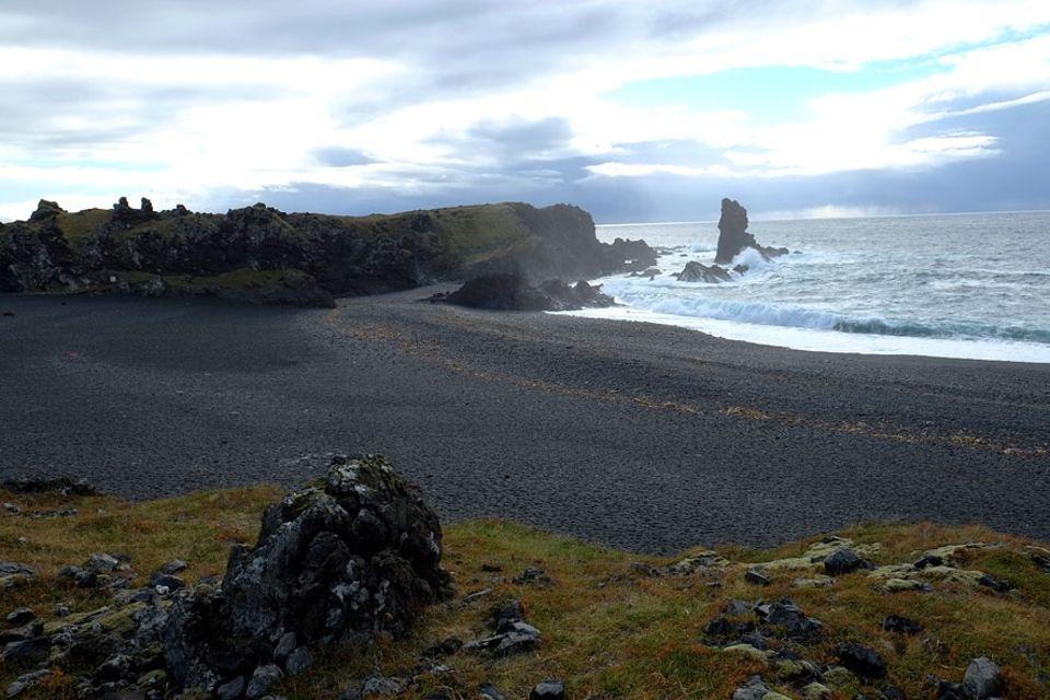 Islands Westen: Geschichtsträchtig ist der schwarze Strand Djúpalónssandur, der einst zu einem der wichtigsten Fischerreispots im Land zählte
