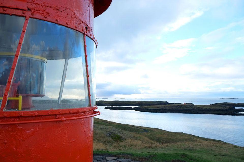 Islands Westen: Der Leuchtturm auf der Insel Súgandisey. Von hier oben hat man besten Blick auf den Ort Stykkishólmur und die Westfjorde