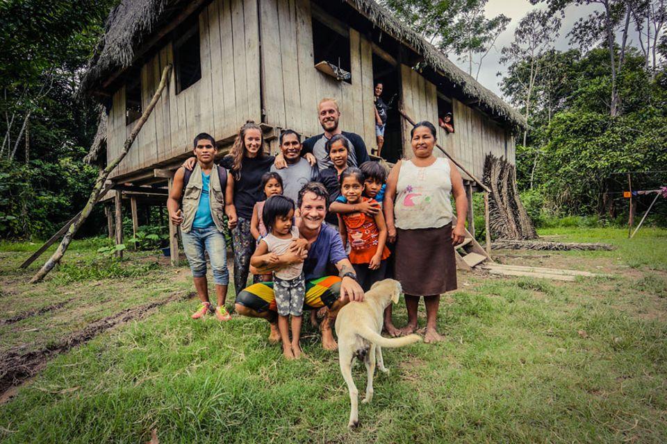 Salt & Silver: Nach einer sechs stündigen Bootsfahrt von Iquitos aus, erreichten die beiden das Haus dieser Familie, die sie fernab jeglicher Zivilisation sofort aufgenommen hat