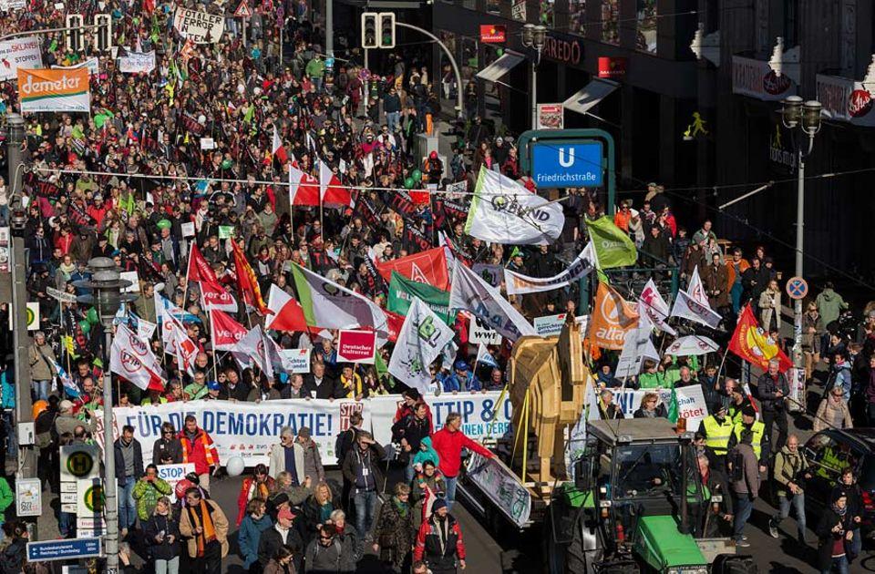 Freihandelsabkommen TTIP: Aufgeheiztes Klima: Im Oktober strömten rund 200.000 Menschen nach Berlin, um gegen das geplante Freihandelsabkommen TTIP zu protestieren