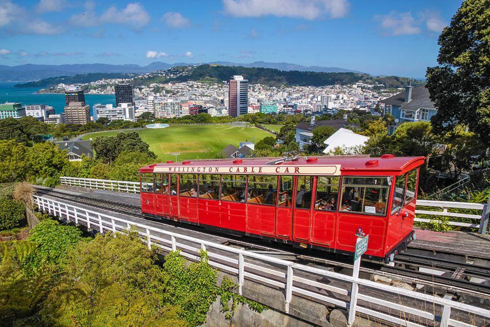 Neuseeland: Zwar werden Sie sich den Platz im knallroten Cable Car mit vielen weiteren Touristen teilen müssen, aber der Blick über Wellington entlohnt dafür!
