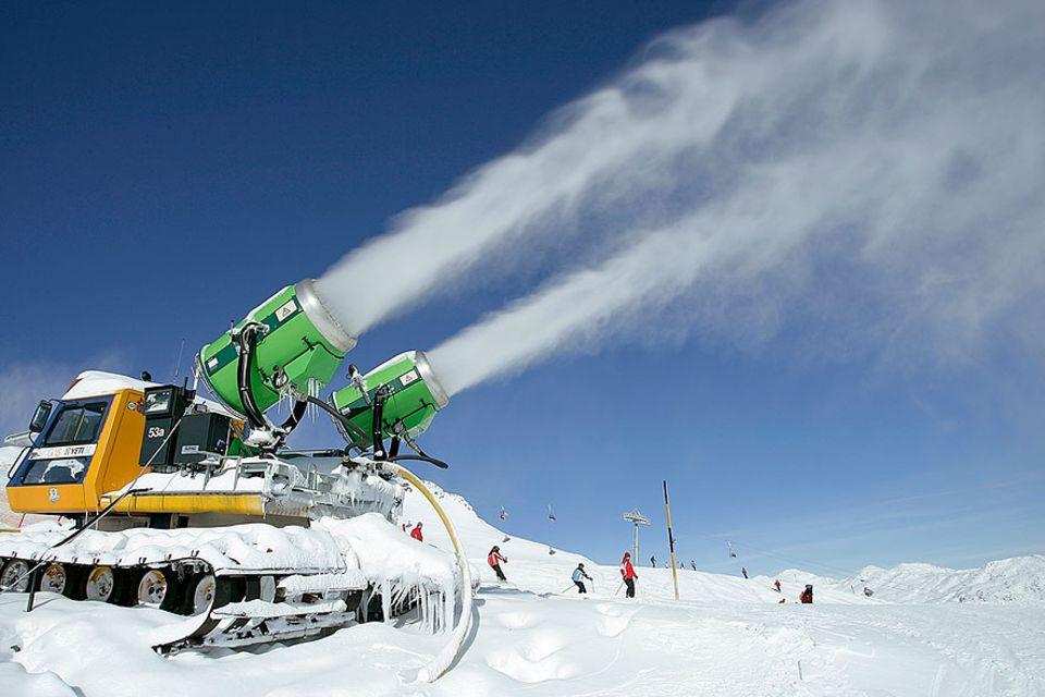 Wintersport: Ob Schneekanonen, Schneilanzen oder Snowmaker: Vielen Wintersport-Gebieten scheint jedes Mittel recht zu sein, um ein schneesichere Saison von Oktober bis Ostern garantieren zu können