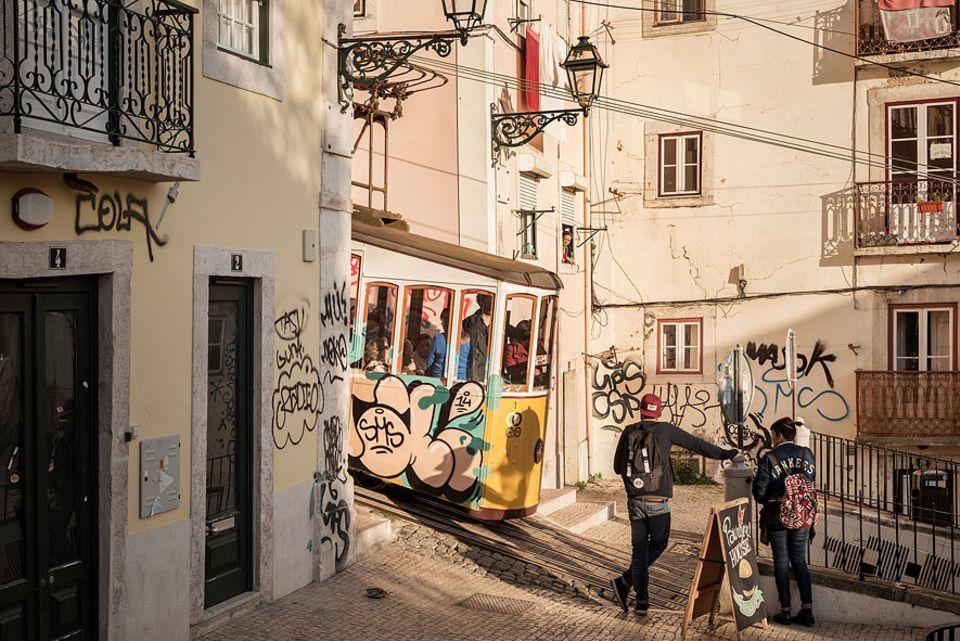 Reisetipps: Die Standseilbahnen sind unumstritten das Wahrzeichen der portugiesischen Hauptstadt. Für die Anwohner ist der Fahrer fast wie ein Familienmitglied: Er guckt ihnen von der engen Trasse aus täglich in die Töpfe
