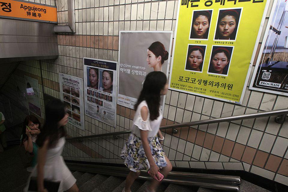 Moral International: In einer U-Bahn-Sation in Seoul werben etliche Plakate für Schönheitsoperationen