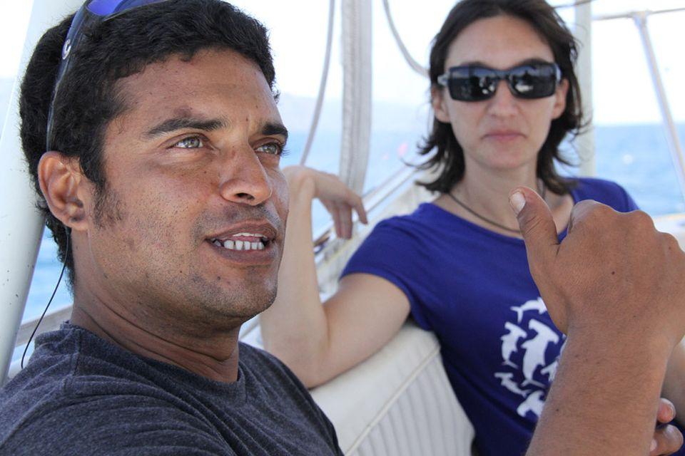 """Meeresbiologe Andrès Lopez während der Überfahrt nach Cocos Island. Im Hintergrund seine Frau Ilena Zanella, die zusammen mit ihm die Umweltschutzorganisation """"Misión Tiburón"""" leitet"""