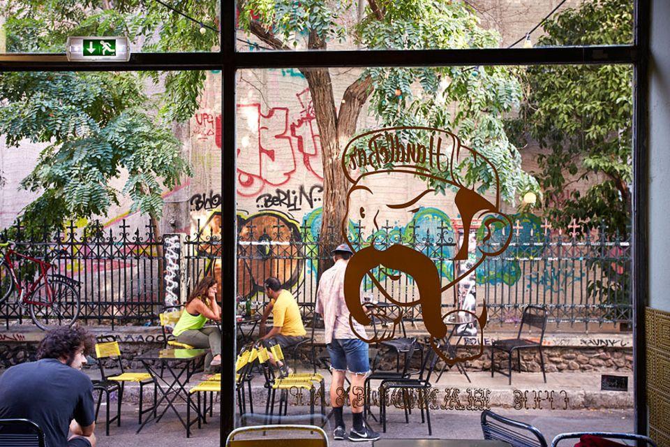 """Reisetipps: In einer ruhigen Seitenstraße liegt der VCA-Fahrradladen eine europäische Erfolgsgeschichte mit britisch-grieschischem Team. Direkt gegenüber reihen sich die Stühle des Szene-Cafés """"The Handlebar"""""""