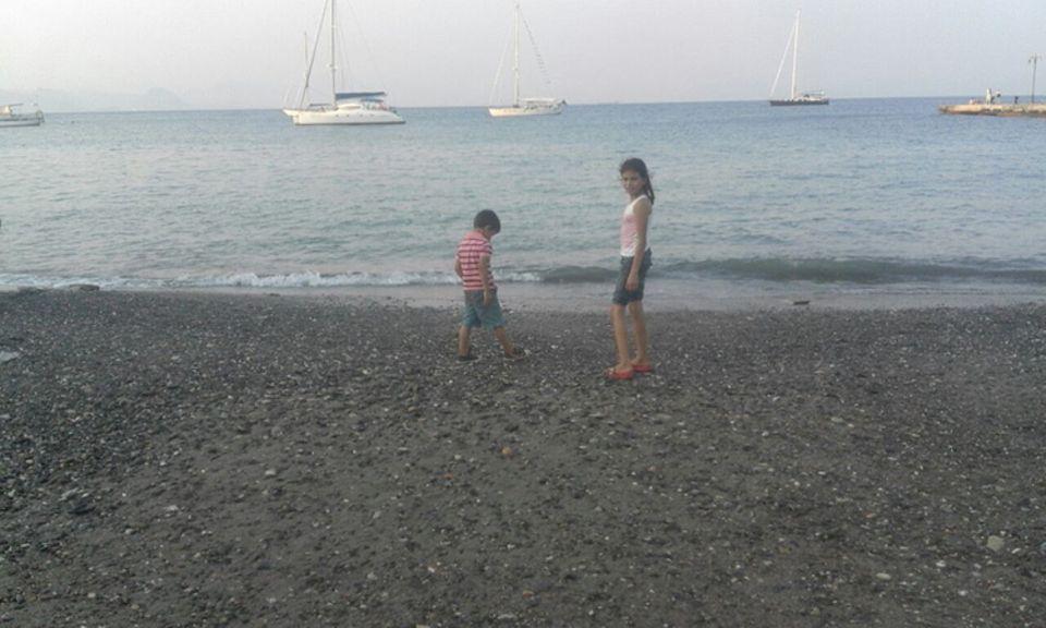 Flüchtlinge: Am Strand der türkischen Stadt Bodrum genießen die Kinder eine kurze Rast