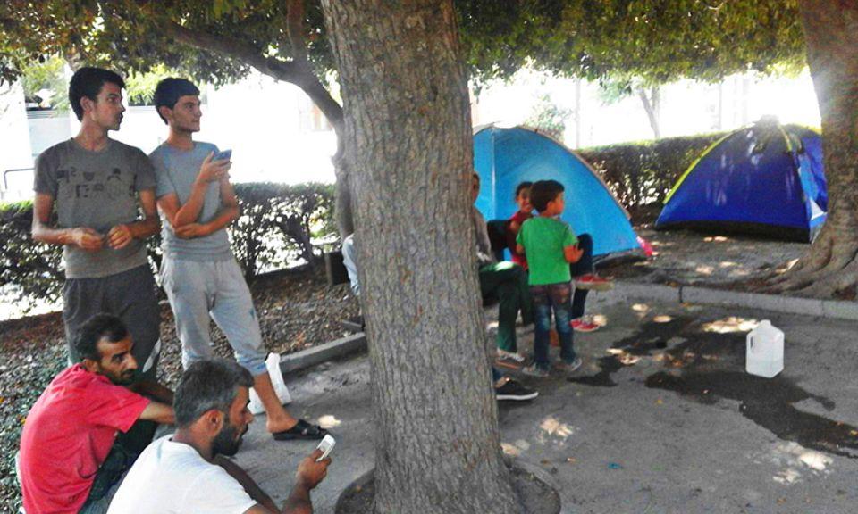 Flüchtlinge: Wie viele andere Flüchtlinge schlägt die Familie auf der Insel Kos ihr Zelt auf. In einem Park suchen alle Schatten - und ein wenig Erholung