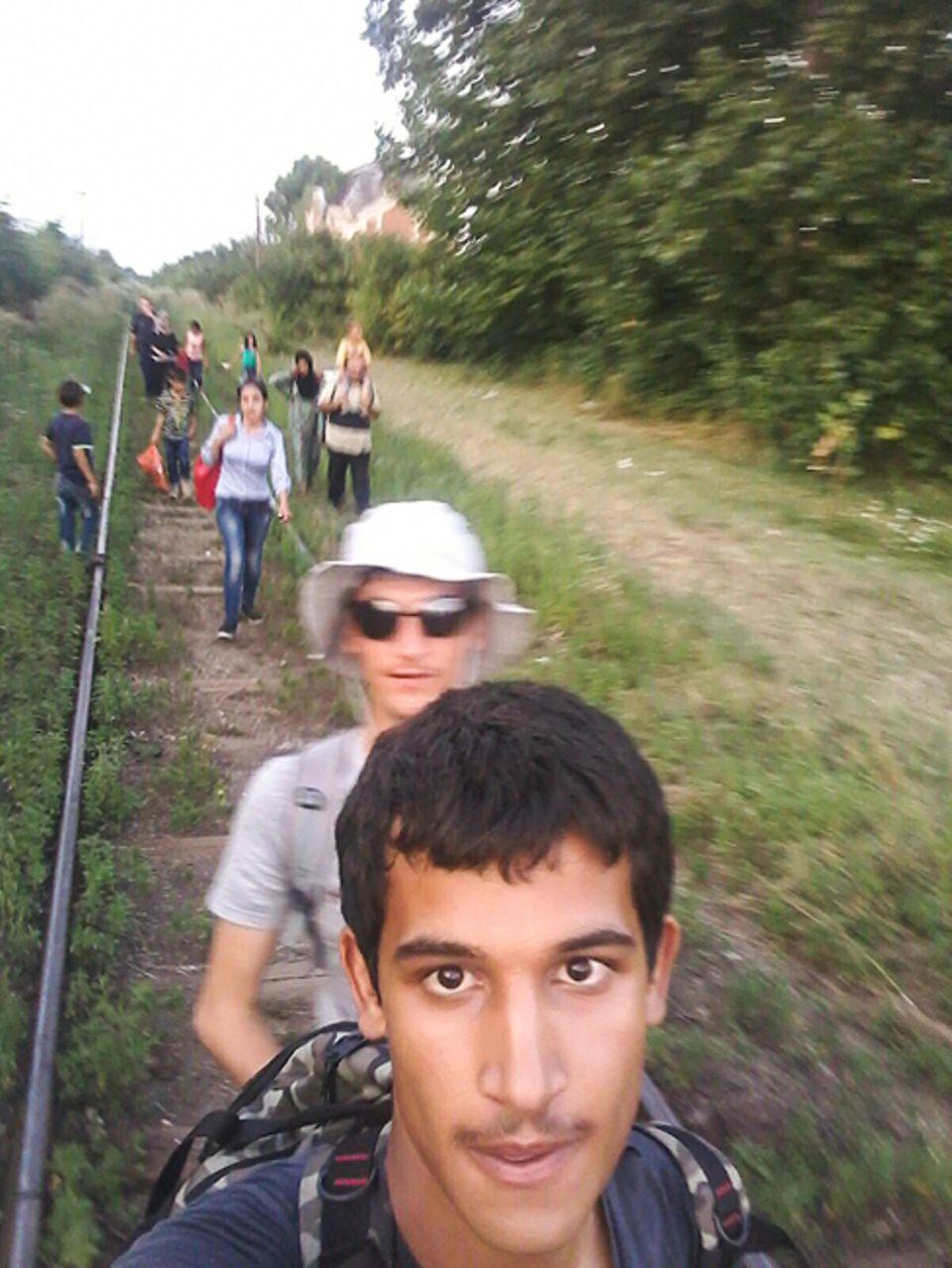 Flüchtlinge: Damit sie sich nicht verirrt, folgt die Familie den Bahnschienen. Der älteste Sohn Abdul Nasir geht voran