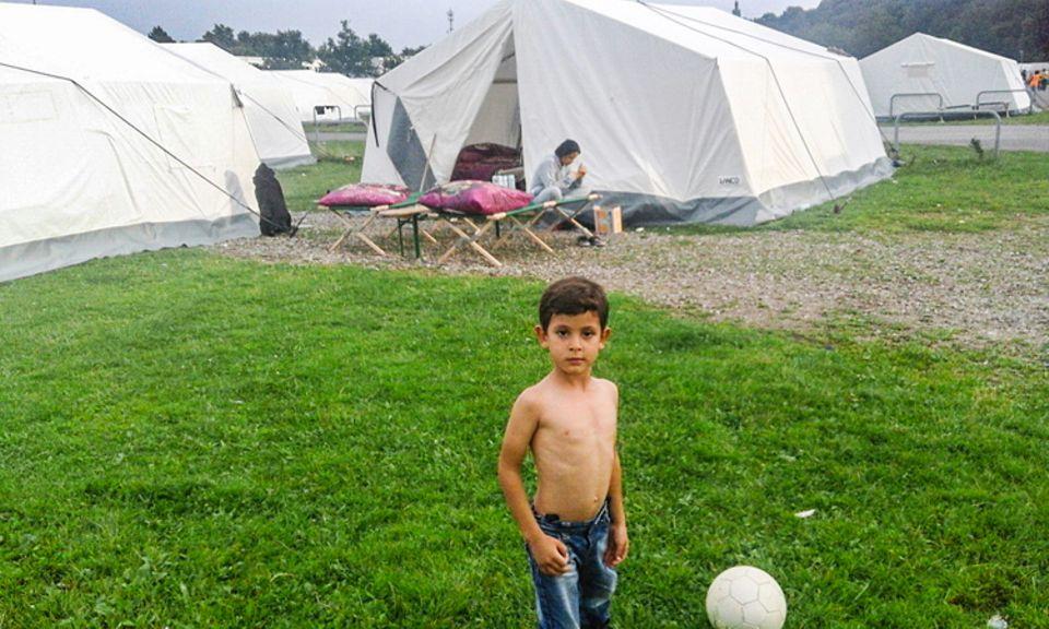 Flüchtlinge: Endlich am Ziel! Im Flüchtlingslager in Hamburg kann Zakariya wieder Fußball spielen
