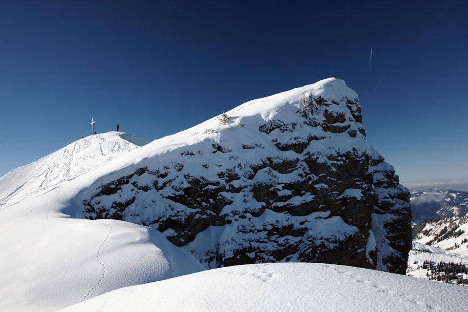 Österreich: Einsam, verschneite Gipfel erklimmen und sich in verwunschenen Wäldern verlieren - wer sich im Winter den Bregenzerwald erwandert sucht die Einsamkeit und findet sie auch