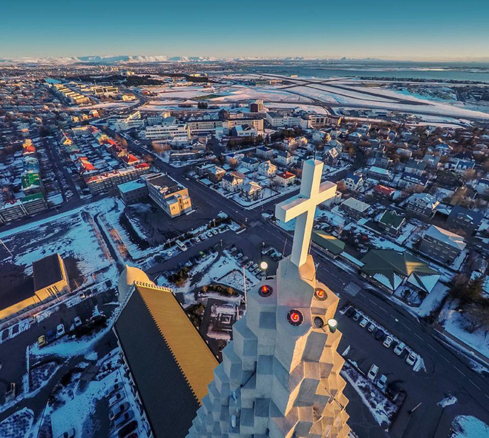 Reykjavik: Die Hallgrímskirkja ist eine evangelisch-lutherische Pfarrkirche und mit ihrem 74,5 Meter hohen Turm das zweitgrößte Gebäude auf ganz Island