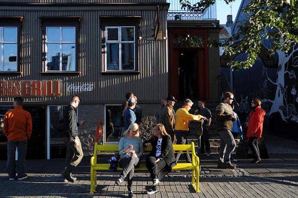 Reykjavik: Die Hauptstraße Laugavegur ist tagsüber Shopping- und Schlemmer-Paradies, nach Einbruch der Dunkelheit verwandelt sich die eigentlich ruhige Straße in die Ausgehmeile
