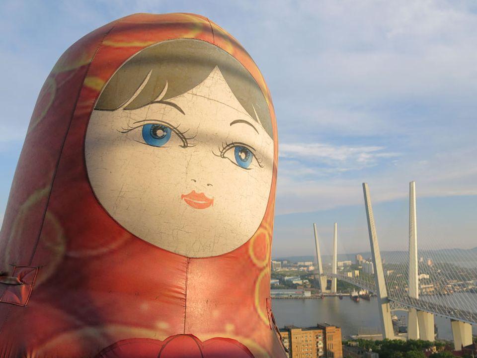 Russland: Wladiwostock ist Russlands wichtigste Hafenstadt am Pazifik und dennoch fernab vom alltäglichen Geschehen. Über acht Stunden muss man ab Moskau fliegen um die metropole am Japanischen Meer zu erreichen