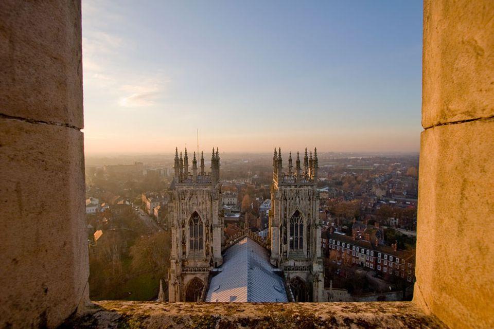 """Nordengland: Die Bauzeit des York Minster, der eigentlich """"The Cathedral Church of St. Peter"""" heißt, betrug 250 Jahre bis die Kirche 1472 fertiggestellt war"""
