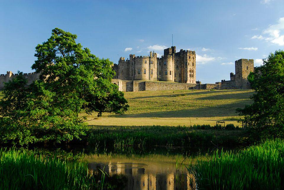 Nordengland: Seit über 700 Jahre ist Alnwick Castle der Sitz der Familie Percy und ist nach Windsor Castle der größte Adelssitz in Großbritannien