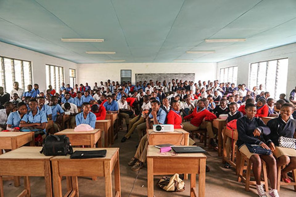 Bafut: Nachdem einige Studenten uns ihren kamerunischen Alltag gezeigt hatten, wollten auch wir ihnen Einblick geben, wie das Leben in der Schweiz in etwa aussieht mit Beamer und Laptop