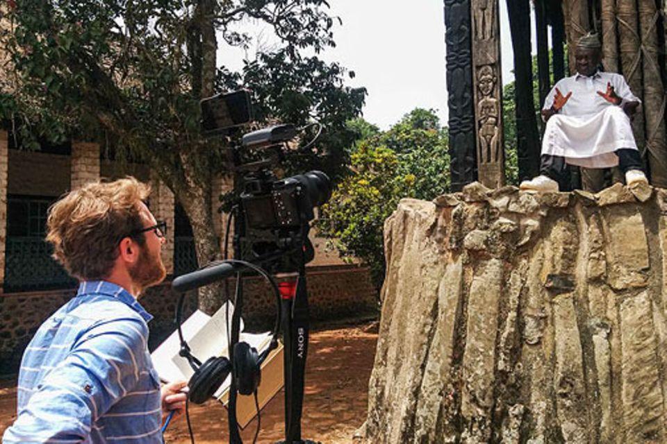 Bafut: Marius im Interview mit dem König von Bafut, der unter seiner traditionellen Kleidung Sneakers und Jeans trägt