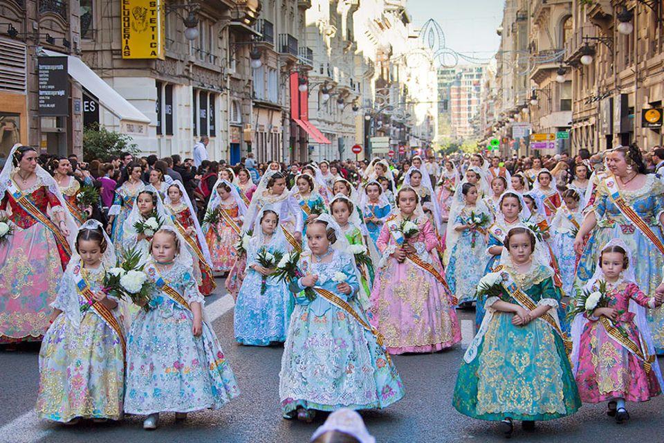Spanien: Auch die Kleinsten machen schon mit bei dem traditionellen Umzug Ofrenda. Frauen allen Alters bringen Blumen zu Jungfrau der Schutzlosen