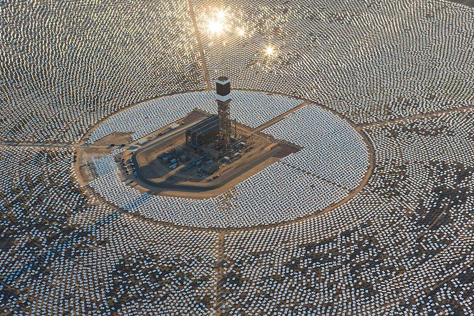 Solarenergie: Dunkle Wolken überm Solarwärmekraftwerk: Wurden hier 2,2 Milliarden US-Dollar in den Sand gesetzt?