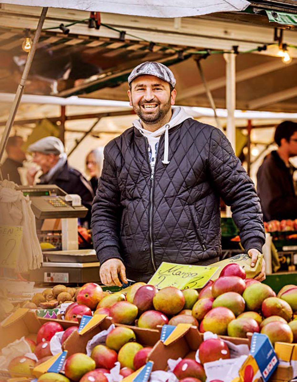 Berlin: Galip verkauft auf dem Wochenmarkt am Karl-August-Platz seine Mangos