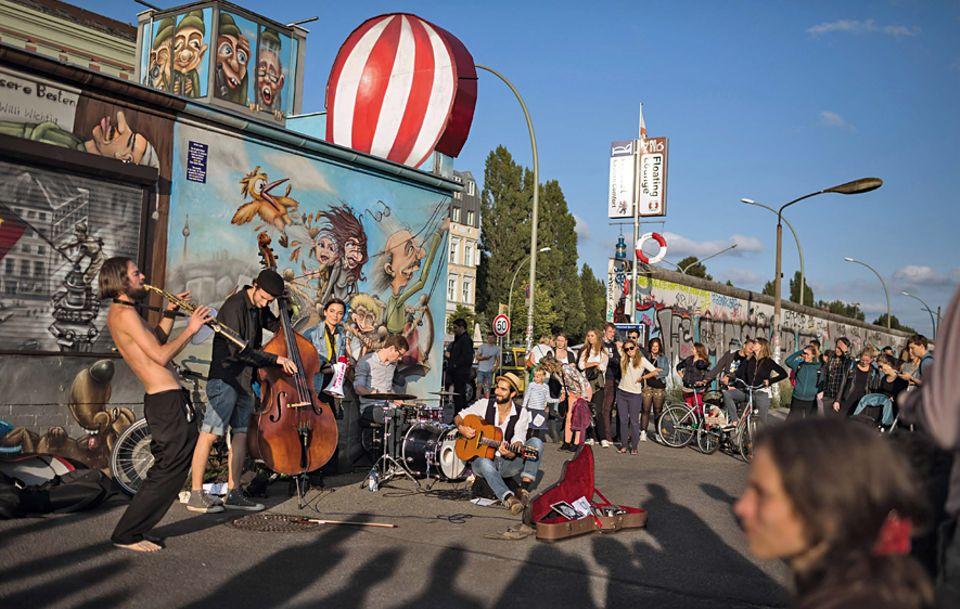 """Berlin: Gipsy-Swing trifft Balkan-Folk: Die """"East Side Music Days"""", Berlins größtes Straßenmusikfestival, sind eine Spielwiese für Bands wie """"Nova fliegt zum Mond"""""""