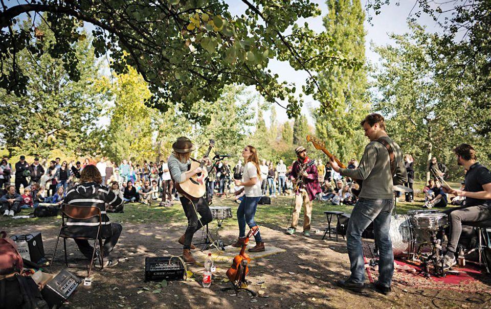 """Berlin: Sonntags im Mauerpark: Die Band """"Charity Children"""" spielt die perfekten Songs für den Sommer"""