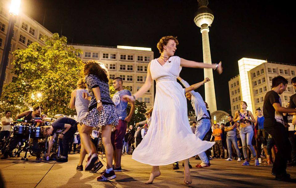 Berlin: Abends auf dem Alex: Die Trommler von Puto Production wirbeln Berlins Nachtschwärmer auf
