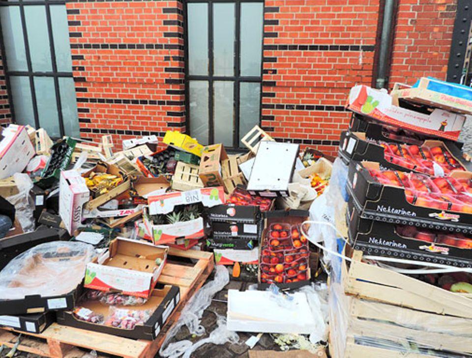 Frankreich: Solche Bilder sollen bald der Geschichte angehören. Mit einem neuen Gesetz will Frankreich die Lebensmittelabfälle von Supermärkten reduzieren