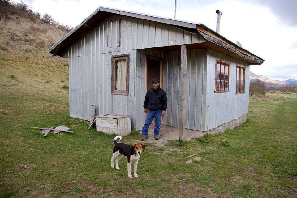 Patagonien: Der einstige Puma-Jäger Sepúlveda vor seiner Hütte mit einem seiner sechs Beagles. Inzwischen hilft er der Parverwaltung die Pumas zu schützen, anstatt sie zu jagen