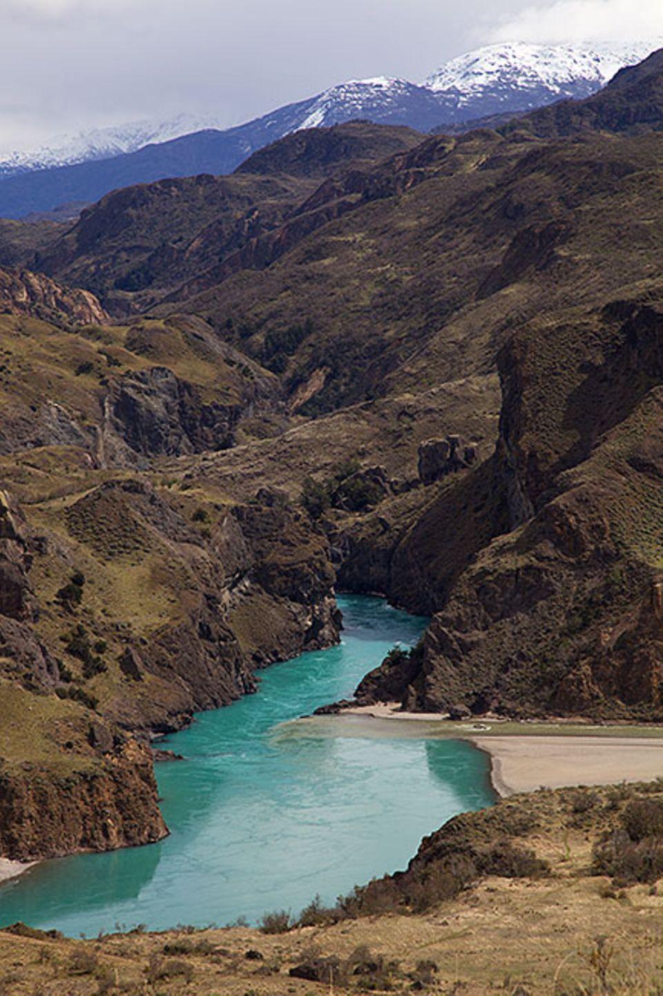 Patagonien: Der Rio Baker, am Eingang des Parks an der Carretera Austral, bringt mitunter auch etwas Farbe in die sonst karge Bergwelt