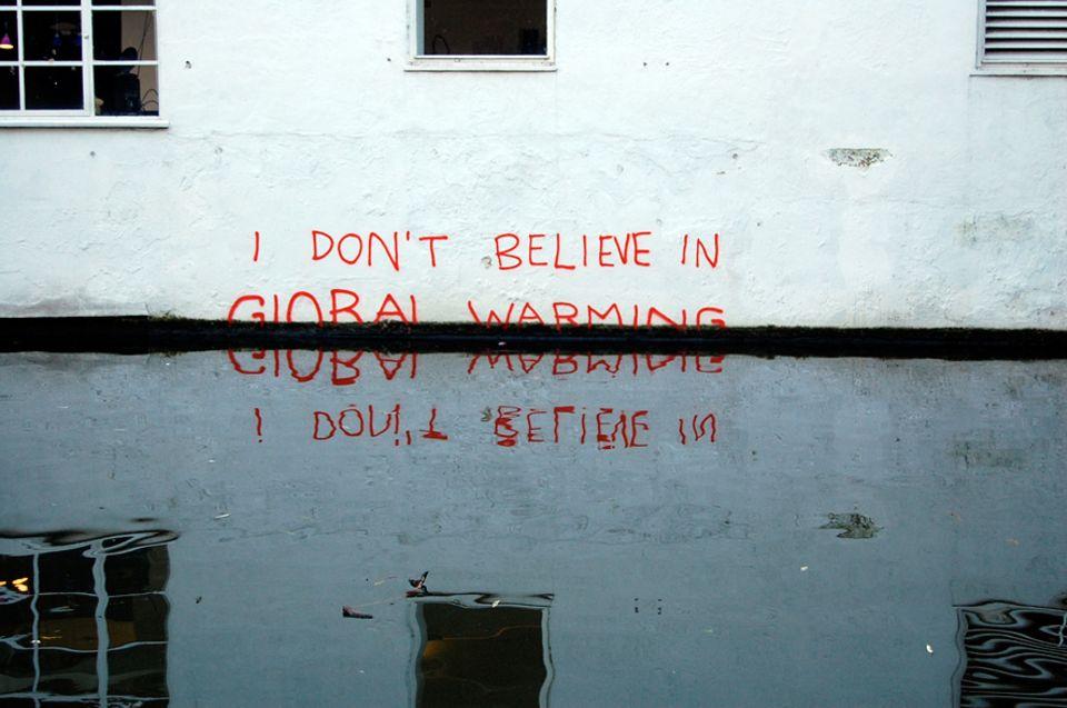 """Verschwörungstheorien: """"Ich glaube nicht an die globale Erwärmung"""": Dieses ironische Graffiti wird dem Street-Art-Künstler Banksy zugeschrieben"""