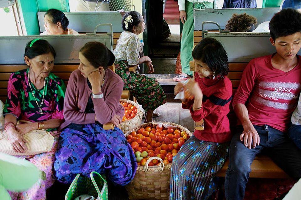 Händler und Reisende im Mandalay-Lashio-Express
