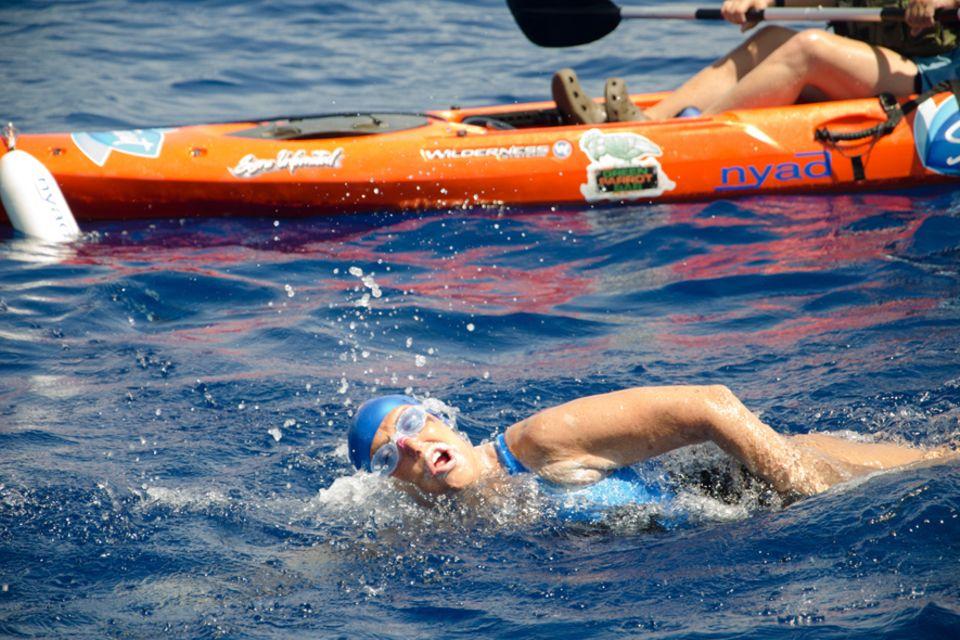 Diana Nyad: Fast 53 Stunden war Diana Nyad auf der Floridastraße schwimmend unterwegs. Fünf Boote haben sie begleitet, aber im Wasser war sie auf sich allein gestellt
