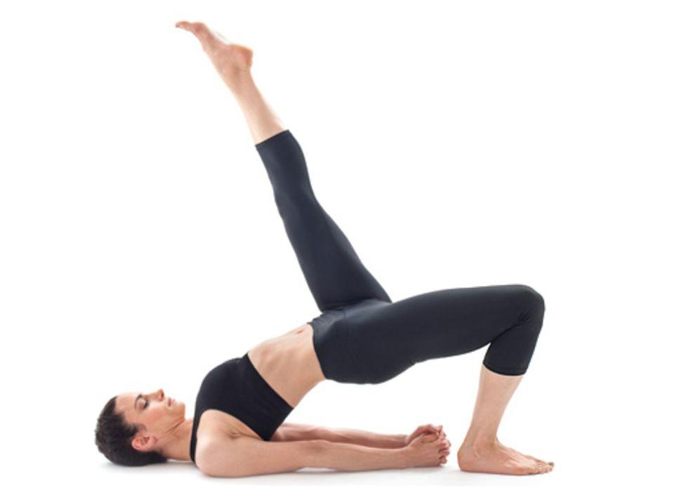 Heilsame Bewegung: »DIE SCHULTERBRÜCKE« Experten unterscheiden mehr als 1500 Yoga-Posen. Bei jeder werden Kopf, Rücken, Arme und Beine auf bestimmte Weise gebeugt oder gestreckt. Die »Brücke« dehnt Rücken, Hüfte und Brust und erhöht so die Flexibilität des gesamten Körpers
