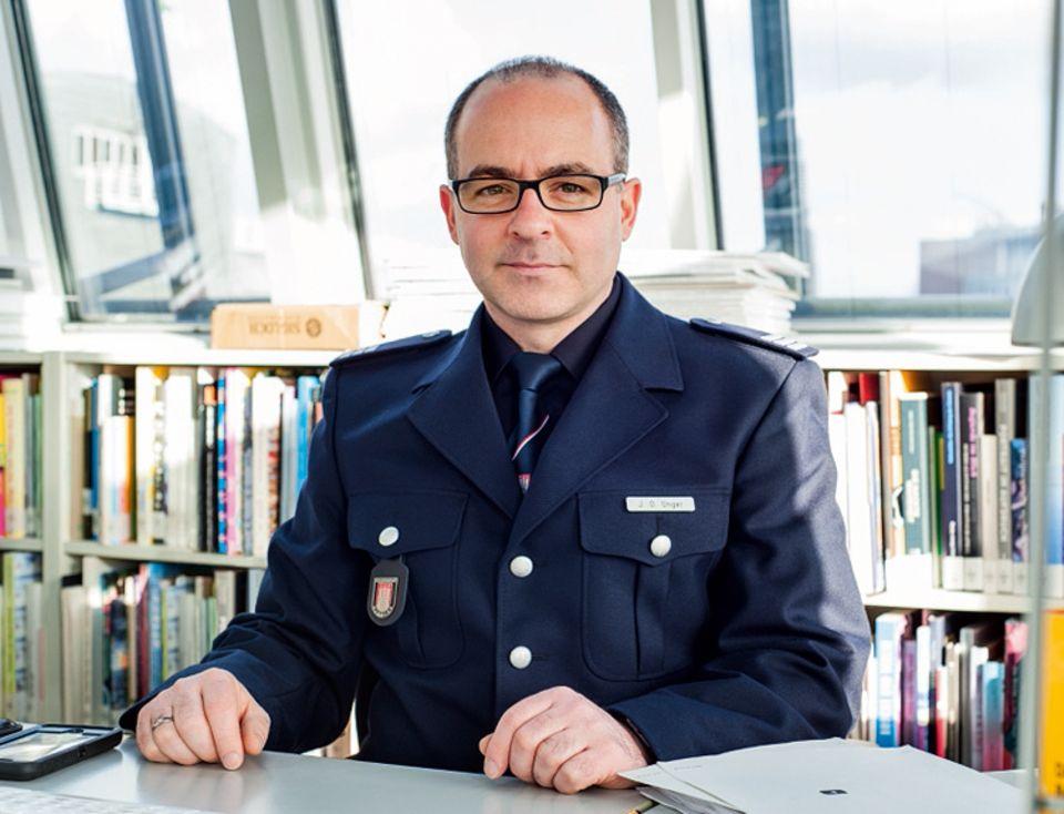 Beruf: Jan Ole Unger trägt die Uniform der Feuerwehr Hamburg