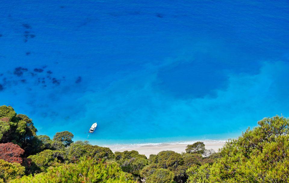 Lefkada: Griechisches Farbenspiel: Am Strand von Egremni auf Lefkada spielt das türkisfarbene Meer Infinity-Pool und schubst nur ab und an sachte Wellen an den feinen Sandstrand
