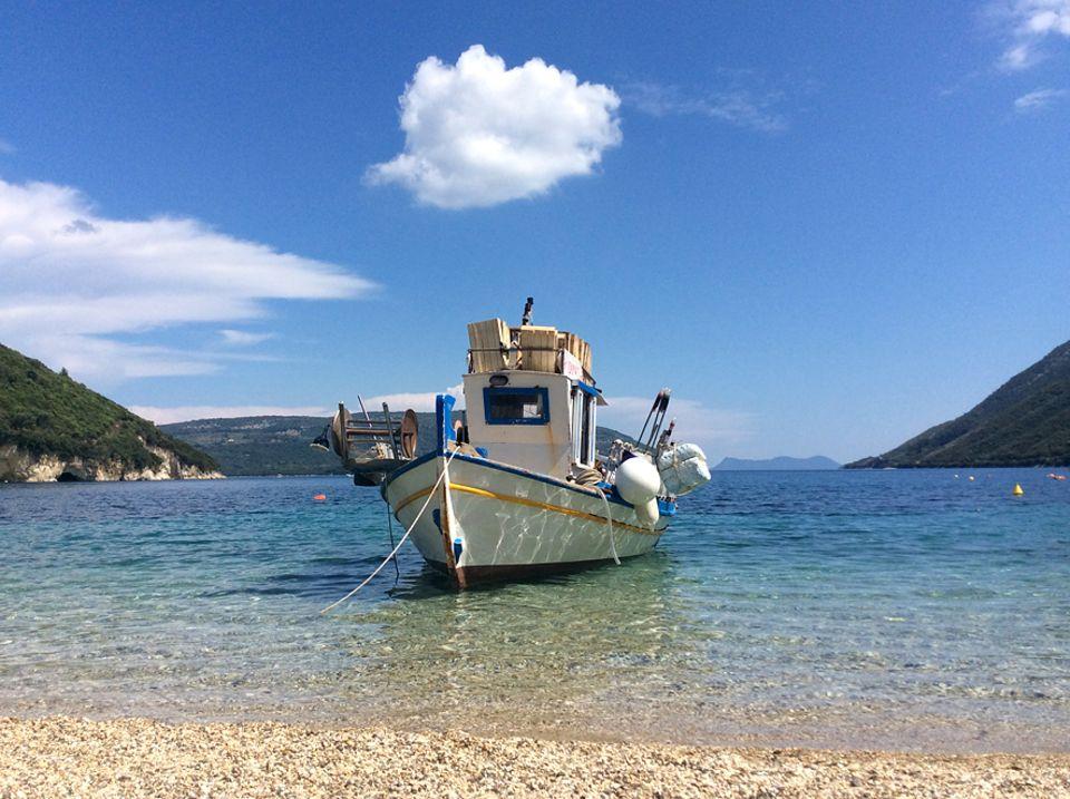 Lefkada: Die Kiesbucht von Desimi ist nicht weniger schön und von der ansässigen Strandtaverne genießt man einen uneingeschränkten Blick