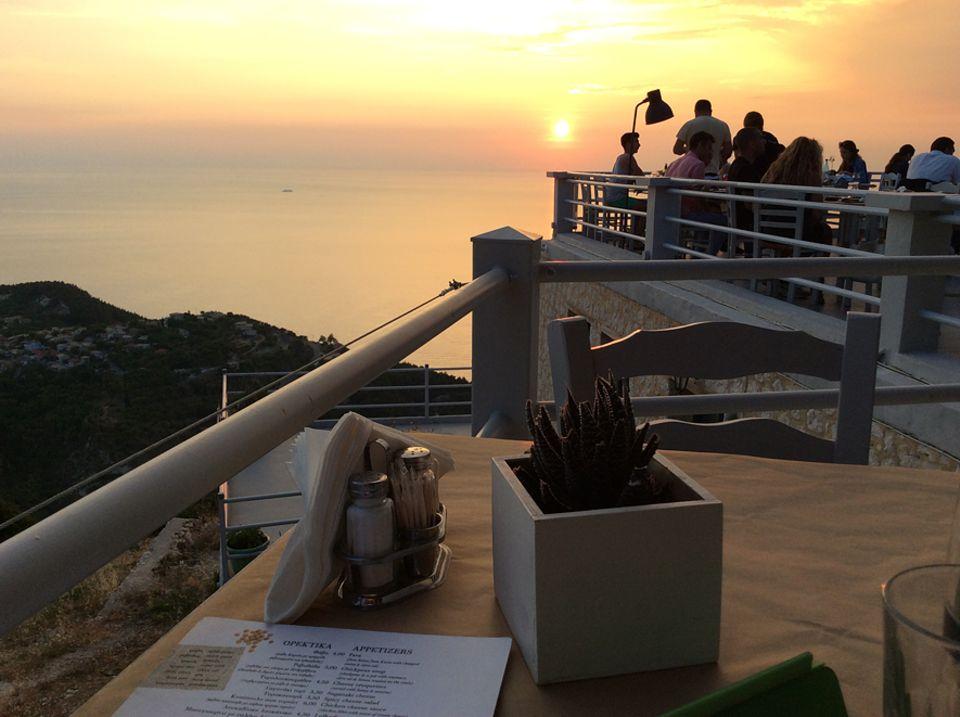 """Lefkada: Die Terrasse des Restaurants """"Rachi"""" im kleinen Bergdorf Exanthia schwebt 600 Meter über dem Abgrund. Wer abends kommt, genießt nicht nur feinste griechische Küche, sondern auch einen imposanten Sonnenuntergang"""