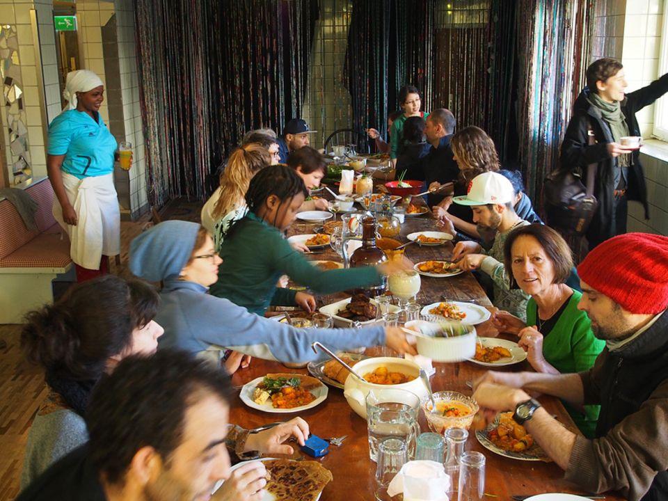 Grüne Palme 2016: Im Hotel sitzen Künstler, Flüchtlinge, Freiwillige und Gäste an einem Tisch